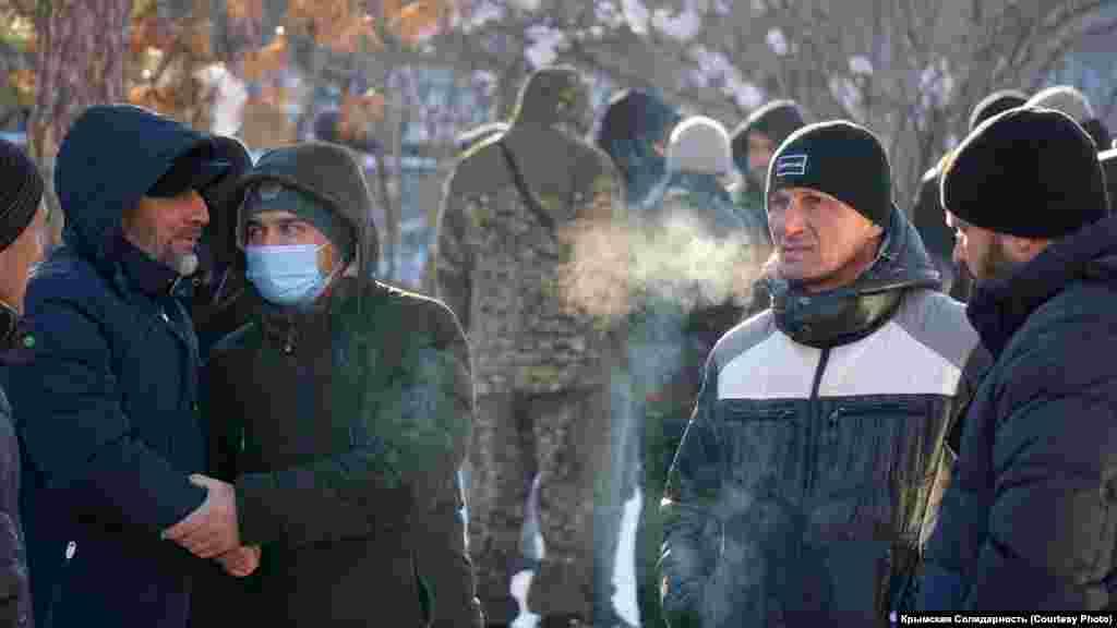 Несмотря на сильный мороз в Симферополе -11…-13°, люди продолжают приезжать под здание суда из разных городов Крыма