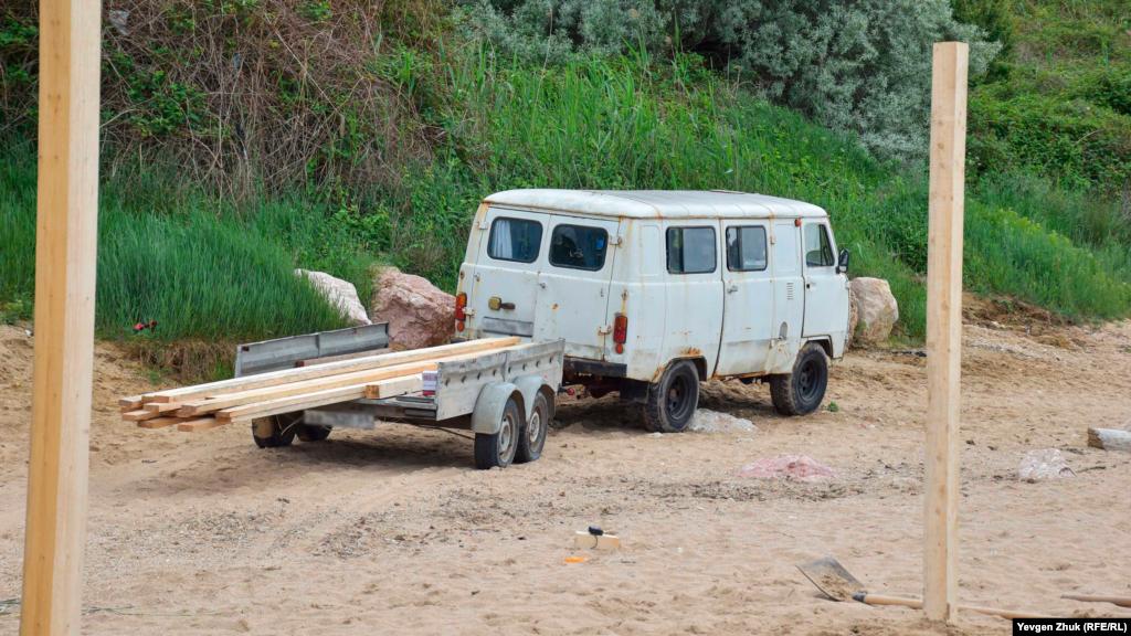Старенький УАЗ-452 на прицепе привез доски для обустройства навесов