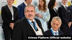 Глава Меджлиса крымскотатарского народа Рефат Чубаров (слева) и лидер крымских татар Мустафа Джемилев на саммите «Крымская платформа». Киев, 23 августа 2021 года