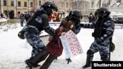 Полиция задерживает участницу акции в поддержку находящегося за решеткой оппозиционера Алексея Навального. Москва, 31 января 2021 года.