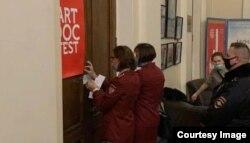 Сотрудницы Роспотребнадзора опечатывают зал в Доме кино