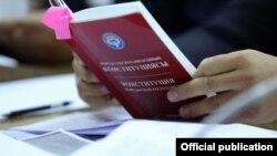 Садыр Жапаров жаңы Конституцияга 5-майда кол коюп, элге кайрылуу жасайт.