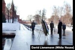 Bajden učestvuje u ceremoniji polaganja vijenca na grob Neznanom junaku ispred zidina Kremlja u Moskvi 9. marta 2011.