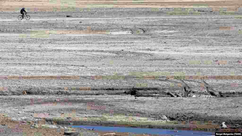 Квітень 2020 року. Велосипедист катається дном пересохлого Сімферопольського водосховища