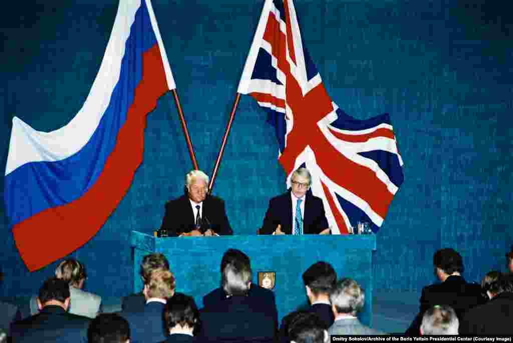 Ельцин слушает прямую трансляцию выступления тогдашнего британского премьер-министра Джона Мейджора в Лондоне в сентябре 1994 года во время официального визита президента России