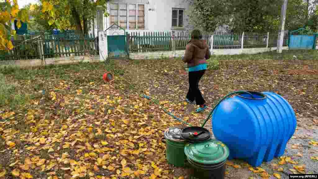 Напередодні в Зеленогірське автоцистернами привезли воду, якою селяни наповнили свої бочки й відра. А потім, як ця жителька з вулиці Леніна, за допомогою насосу воду перекачують безпосередньо в будинок