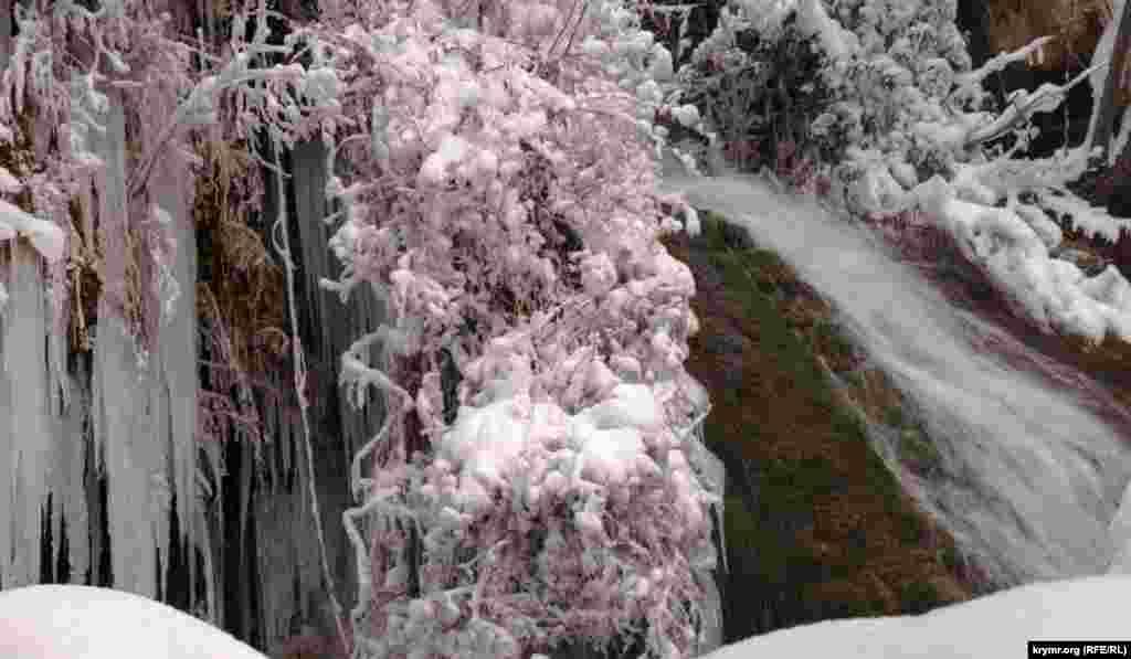Снігопади в Криму наповнили підземною водою водоспад Су-Учхан (з кримськотатарської ‒ «Падаюча вода»), розташований на території Ладшафтно-рекреаційного парку «Урочище Кизил-Коба» біля села Перевальне Сімферопольського району
