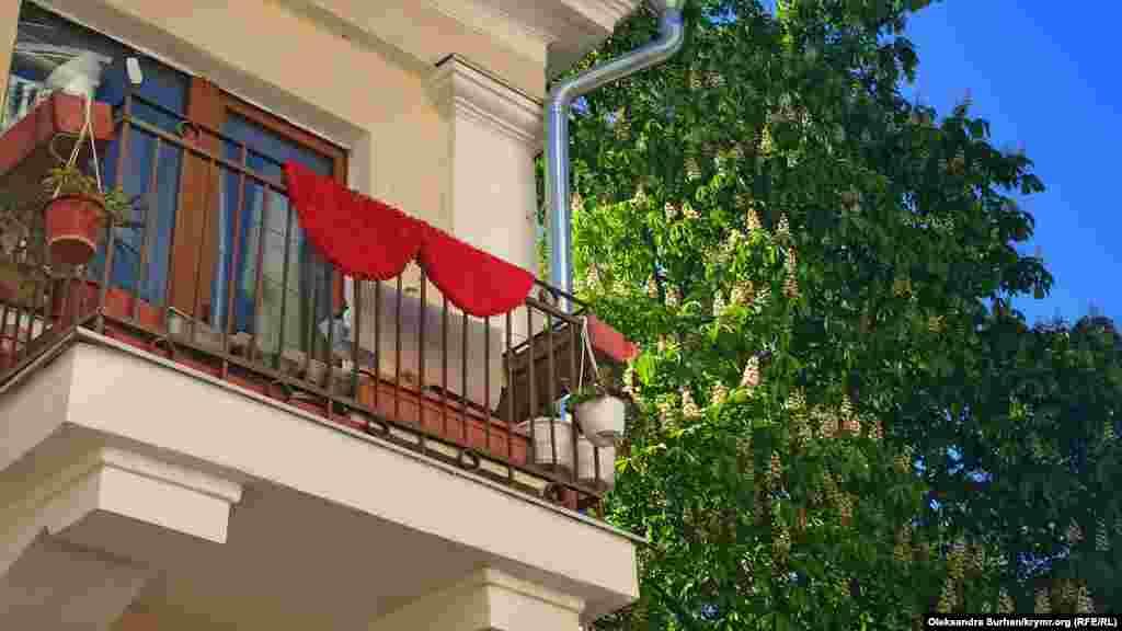 Цветущий каштан в балаклавском дворике
