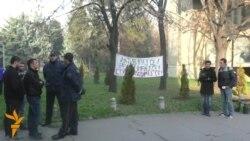 УКИМ: Едни протестираат, други садат, полиција надгледува