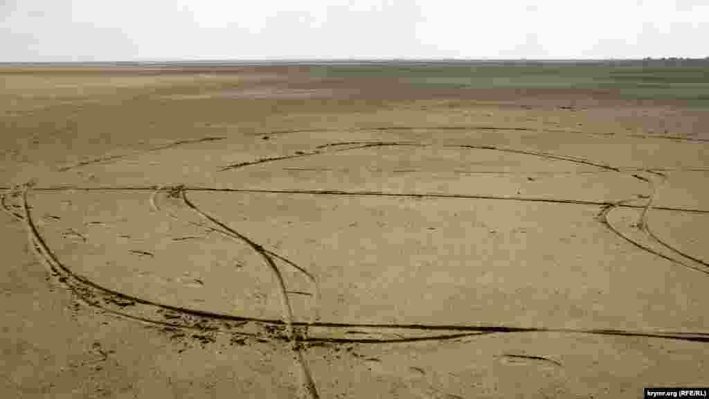 «Змійки» від велосипедних коліс на дні пересохлого Актаського озера