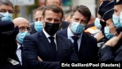 საფრანგეთის პრეზიდენტი ემანუელ მაკრონი (ცენტრში) და ნიცის მერი კრისტიან ესტროსი. 2020 წ. 29 ოქტომბერი.