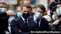 Președintele Emmanuel Macron și primarul Nisei Christian Estrosi la locul crimei de la catedrala Notre Dame de la Nisa, 29 octombrie 2020.