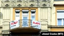 Eladó lakást hirdetnek az erkélyre kitett transzparensek a fővárosban 2018-ban.