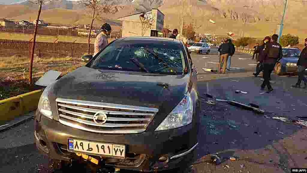 """Автомобилот на Фахризадех, полн со куршуми, по смртоносниот напад во близина на Техеран на 27 ноември. Првичните извештаи сугерираат дека неколку вооружени лица го нападнале автомобилот на физичарот откако активирале бомба во близина. Но, Иран оттогаш тврди дека во нападот била користена далечинска управувана """"електронска опрема"""" и дека на местото на настанот немало атентатори. Сликите објавени од иранските државни медиуми покажуваат локва крв на патот покрај автомобилот што се гледа на оваа фотографија и она што се чини дека се остатоци од голема експлозија на патот каде беше убиен физичарот."""