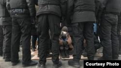 Полиция қоршауында қалған белсенді Айзат Әбілсейіт. Алматы, 10 қаңтар 2021 жыл.