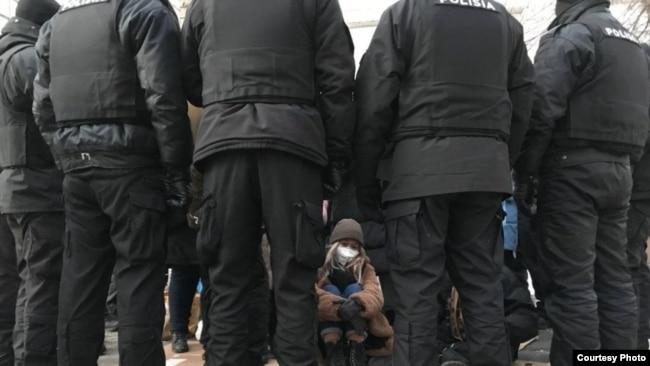 На фото 25-летняя Айзат Абильсеит: «Когда мы ходили по кругу, чтобы согреться, я думала, что сознание потеряю, поэтому села на землю: уже сил не было. У меня в голове был вопрос: «Когда я смогу прилечь?» Фото Азаттыку предоставлено Holanews.