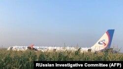 Самолет Airbus-321 после аварийной посадки в поле, 15 августа 2019 года