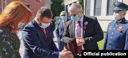 Скопје- градоначалникот на Центар Саша Богдановиќ и амбасадорот на Русија Сергеј Баздникин на отворањето на споменикот донација од Русија