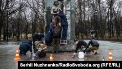 Пам'ятник Олені Телізі очищують від фарби, Київ, 18 березня 2017 року