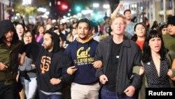 Дональд Трамптың АҚШ президенті болып сайлануына қарсылық білдіріп, акцияға шыққандар. Окленд, Калифорния, 9 қараша 2016 жыл.