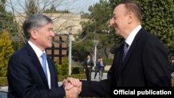 Азербайжан президенти Илхам Алиев Кыргызстандын башчысы Алмазбек Атамбаевди тосуп алууда. Бакы, 30-март, 2012.