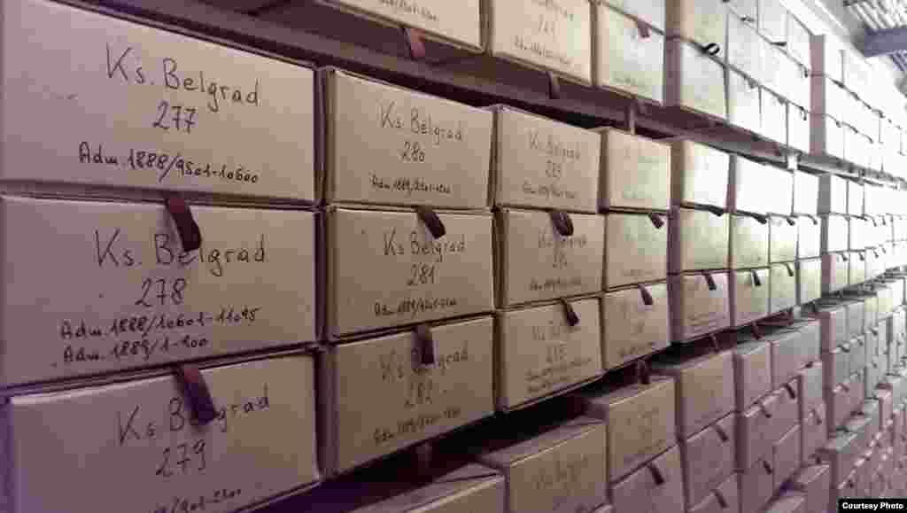 هر کدام از این جعبه ها حاوی دهها و صدها سند هستند. این نمونه ای از ارتباطات دیپلماتیک بین وین و بلگراد در سال ۱۸۸۹ میلادی است.