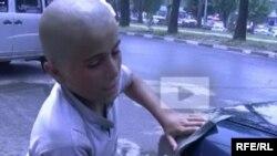 """Мальчик Азамат проходит на улицах Душанбе свои """"университеты"""""""