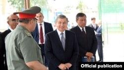 Президент Узбекистана Шавкат Мирзияев и хоким Андижанской области Шухрат Абдурахманов (первый справа), 19 мая 2018 года.