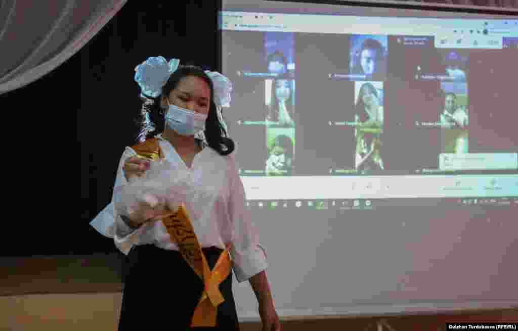 """Бишкек шаарындагы дагы бир мектепте 11-класстын бүтүрүүчүлөрү үчүн """"Акыркы коңгуроо"""" салтанаты онлайн өттү."""