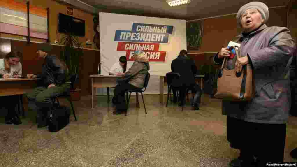 Люди поставили свої підписи на підтримку президента Росії Володимира Путіна як кандидата в президенти у складальному пункті в Чорноморському порту Євпаторії