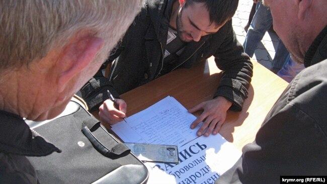 Запись в «народное ополчение» в Симферополе, 3 марта 2014 года