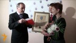 Уладзімер Някляеў уручыў прэмію для Міколы Статкевіча