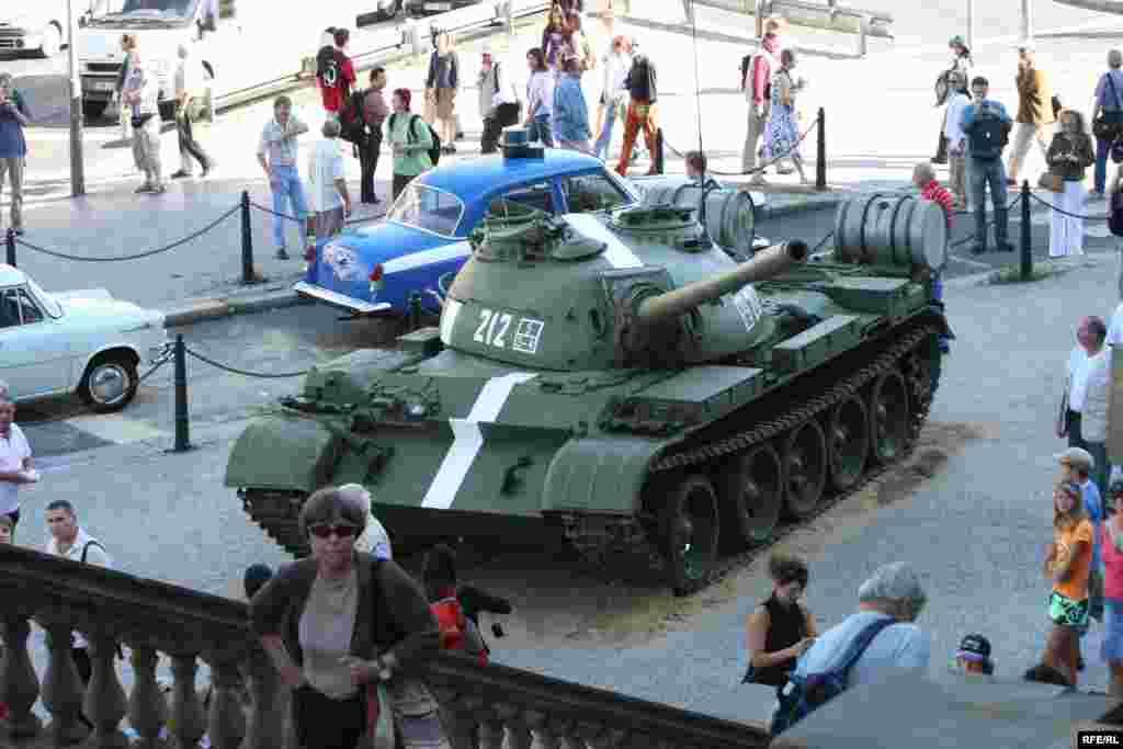 """Выставка у Национального музея в Праге """"И пришли танки"""", посвященная 40-й годовщине ввода войск Варшавского договора в Чехословакию"""