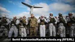 Президент Украины Петр Порошенко с десантниками 95-й десантно-штурмовой бригады. Житомирская область, село Озерное, 6 декабря 2018 года