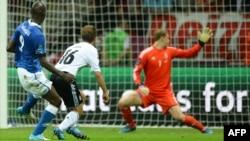 Сборная Германии пропускает первый гол в полуфинале чемпионата Европы. Варшава, 28 июня 2012 года