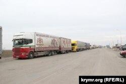 Очередь грузовиков на административной границе с Крымом, Херсонская область, 21 февраля 2015 года