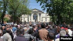 Armenia - Workers of the Nairit chemical plant demonstrate outside the presidential palace in Yerevan, 29Apr2013.