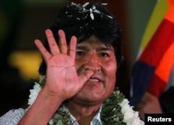 Эво Моралес на митинге своих сторонников, украшенный листьями коки