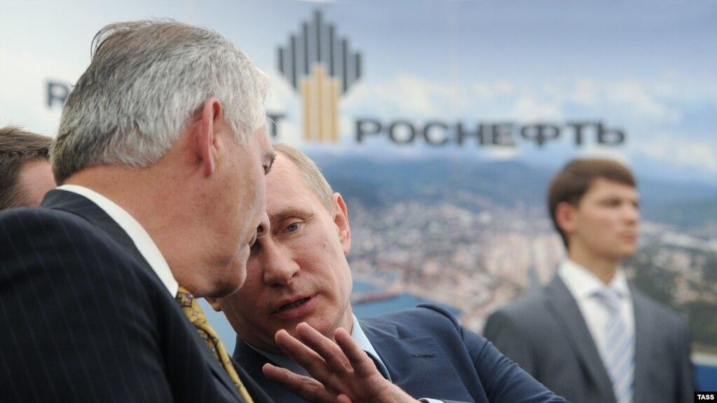 """Владимир Путин и Рекс Тиллерсон на церемонии подписания котракта ExxonMobil и """"Роснефти"""" 15 июня 2012 года"""