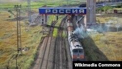 Поезд едет по России