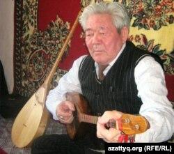 Күйші Ғизат Сейітқазыұлы күй тартып отыр. Алматы, 3 сәуір 2011 жыл. (Көрнекі сурет)