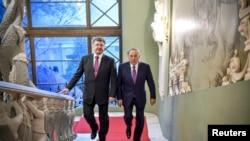 Президент Казахстана Нурсултан Назарбаев (справа) и президент Украины Петр Порошенко. Киев, 22 декабря 2014 года.