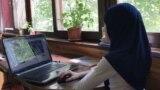 Девочка в мусульманском платке учится онлайн. Актобе, 18 сентября 2020 года.
