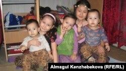 Аналары Сәбина Әлімхан бұл балалардың үшеуін балабақшаға бергісі келеді. Алматы, 28 қаңтар 2016 жыл.
