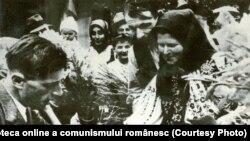 Ţărani muncitori din comuna Zăbrani-Arad semnând actul de constituire a cooperativei agricole de producţie. Vara anului 1949. Fototeca online a comunismului românesc; cota: 4/1949