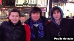 """Предположительно казахские студенты Диас Кадырбаев и Азамат Тажаяков вместе с Джохаром Царнаевым (справа). Фото из социальной сети """"ВКонтакте""""."""