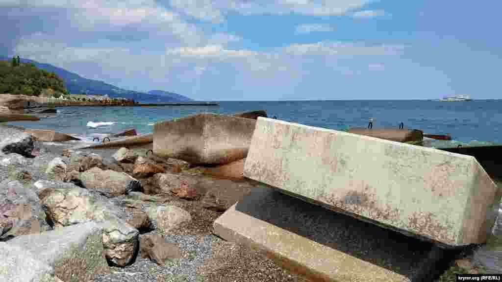 Поблизости лежат огромные плиты и камни