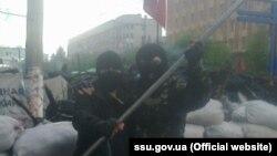 Як заявляють у СБУ, підозрюваний також перевіряв документи, речі та автомобілі людей, які перетинали міст через Сіверський Донець біля Станиці Луганської