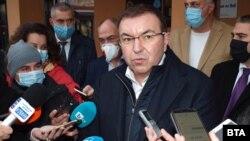 Министърът на здравеопазването Костадин Ангелов предлага във всяка област да се избере и обособи по една болница, която да приема само пациенти с COVID-19 и една, която да приема само пациенти, които не са заразени с коронавирус