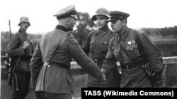 Встреча советских и немецких офицеров. Польша, 1939 год.